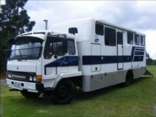 Mitsubishi 4 horse truck with living