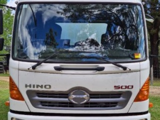 2017 near new Hino 3 Horse Truck with Sleeping 3